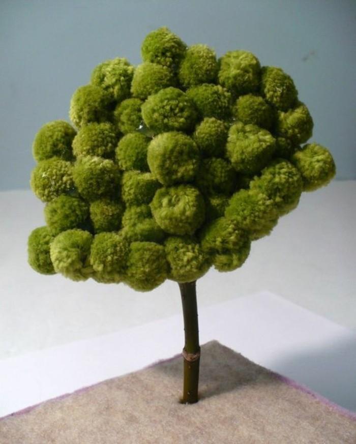 pompon-en-laine-arbre-artificiel-boules-vertes