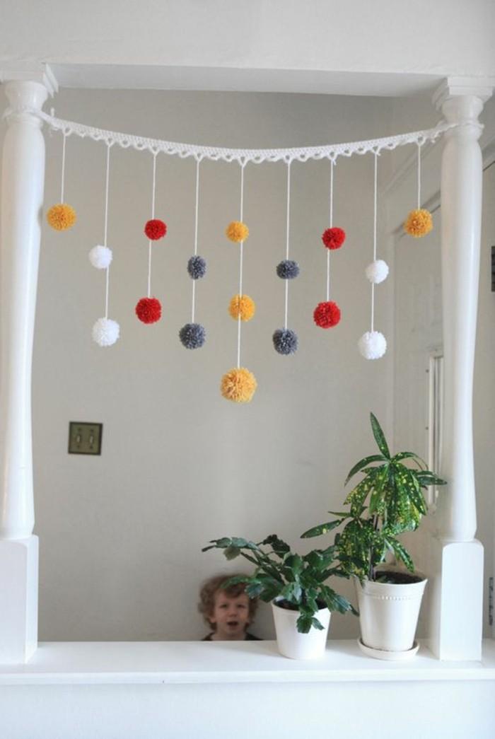 fabriquer un pompon, plantes vertes, cadre photo, enfant suprisé