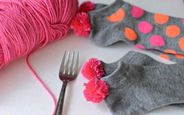 pompon-en-laine-fourchette-bas-de-coton-points-roses-et-oranges