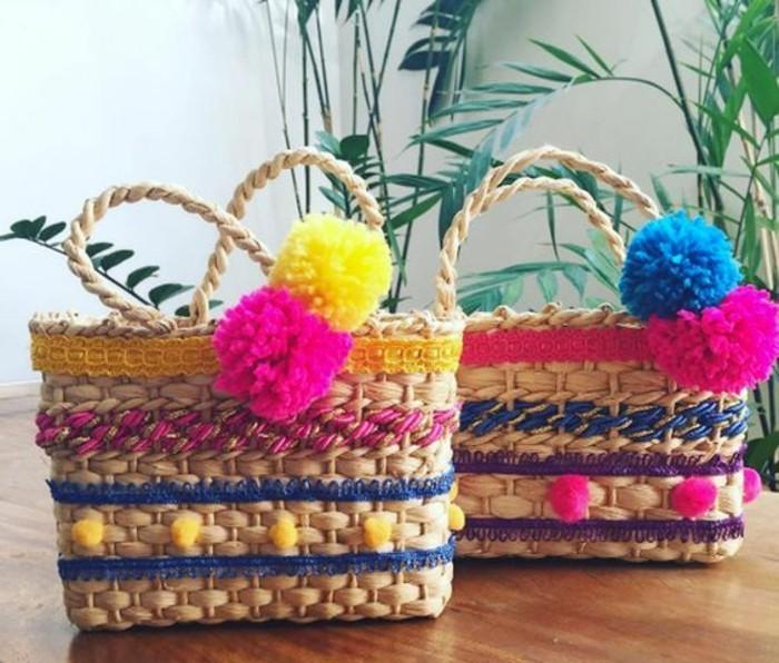 pompon-en-laine-panier-en-paille-decoration-boules-roses-et-bleues