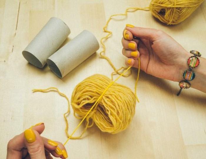 pompon-en-laine-pelotes-de-laine-jaune
