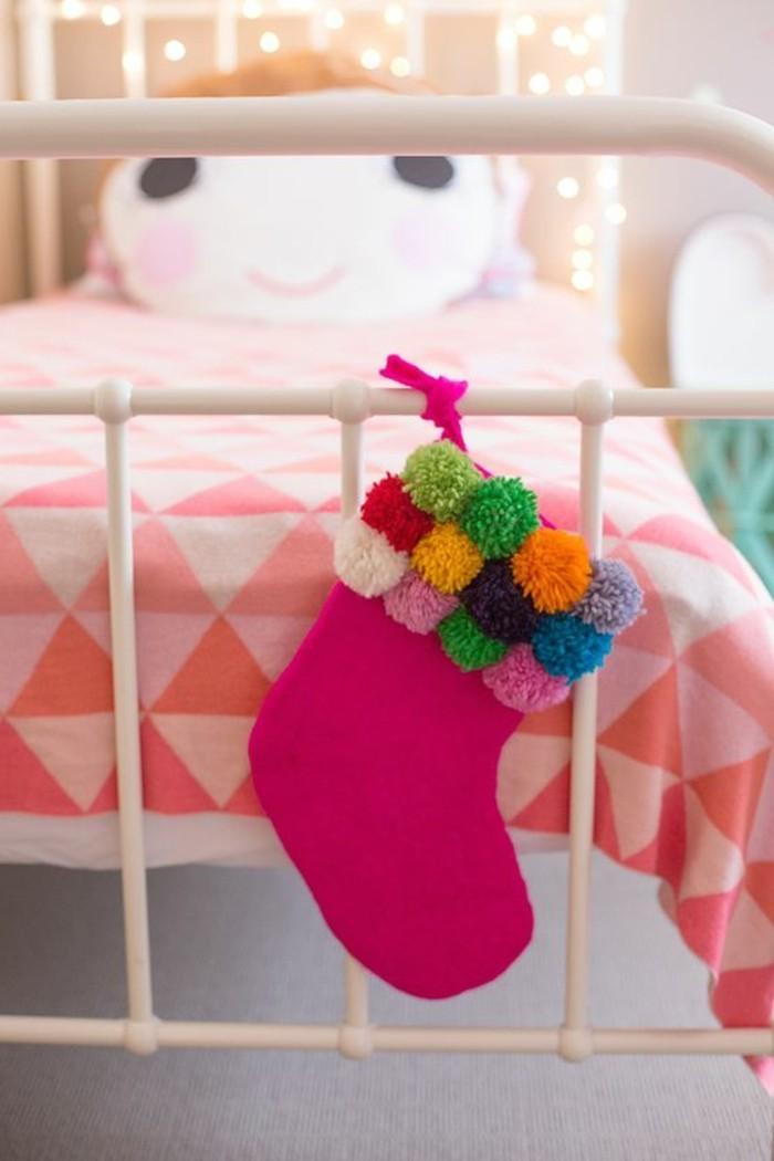 pompon-fourchette-chambre-d-enfant-chaussette-rose-guirlande-lumineuse