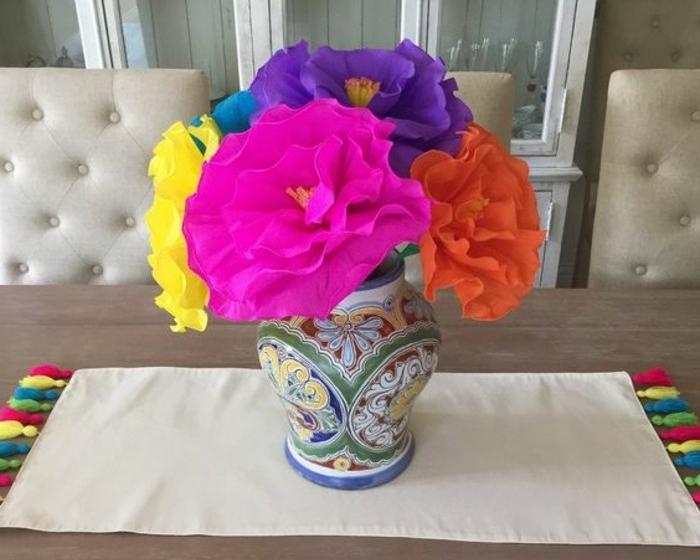 pompon-papier-de-soie-un-vase-plein-de-fleurs-charmantes-qui-representent-un-magnifique-centre-de-table