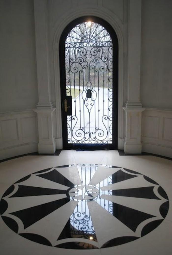 porte-en-fer-forge-couloir-colonnes-en-marbre-cercle-decorative-en-blanc-et-noir
