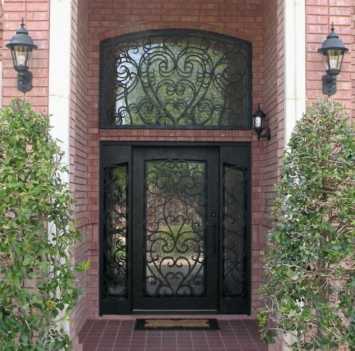 porte-en-fer-forge-facade-en-briques-fenetre-et-porte-en-verre-lanternes-dexterieur