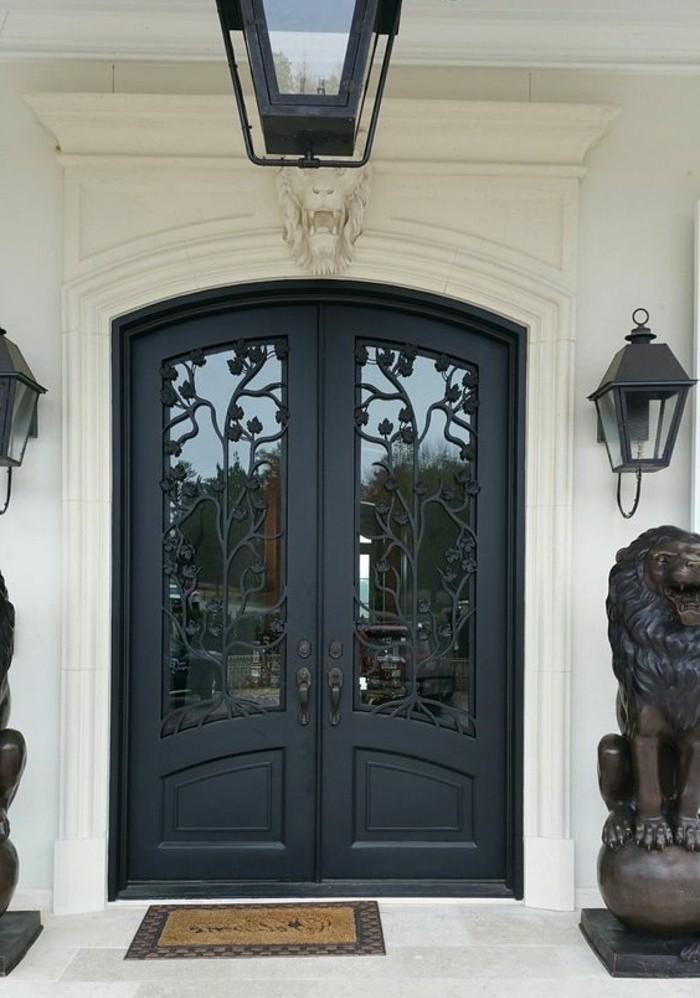 porte-en-fer-forge-lion-en-platre-sculpture-lyon-carellage-facade-blanche