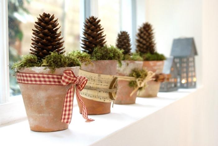 comment personnaliser un pot à fleur pour Noël, idée bricolage noel facile, diy pot en terre cuite décoré avec ruban