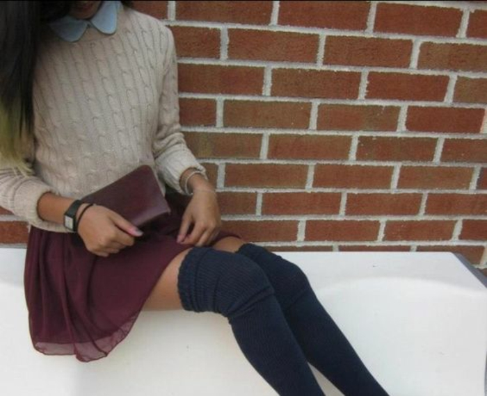 pull-en-laine-moulant-chemise-en-jean-jupebordeaux-mode-chaussette-montante