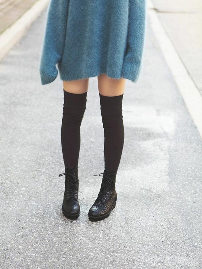 pull-mohair-oversize-bleu-ciel-chaussettes-montantes-noires