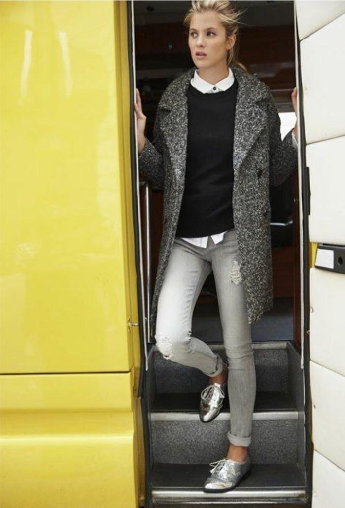 pull-noir-et-chemise-blanche-des-derbies-argentes-manteau-gris-chine-femme