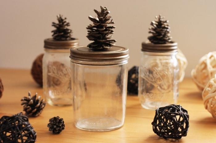 comment recycler les vieux pots en verre, exemple comment personnaliser un bocal à épice avec pomme de pin, idée decoration pomme de pin facile