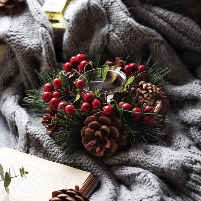 comment créer une déco cozy pour Noël, idée déco chambre ado pour Noël avec pommes de pin et accessoires en crochet