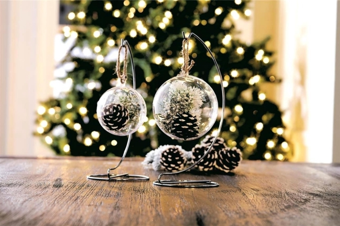 diy boule à neige, idée bricolage noel facile, faire des objets de déco noel facile, contenant terrarium en plastique rempli de pomme de pin