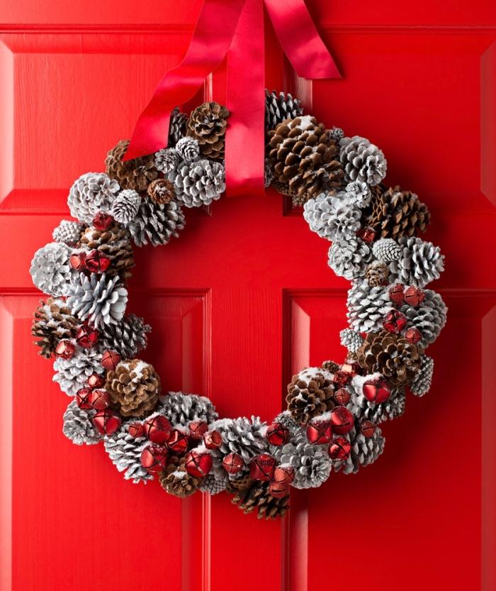 modèle de couronne de Noël facile à fabriquer soi-même, diy couronne de Noël en pommes de pin peintes en blanc