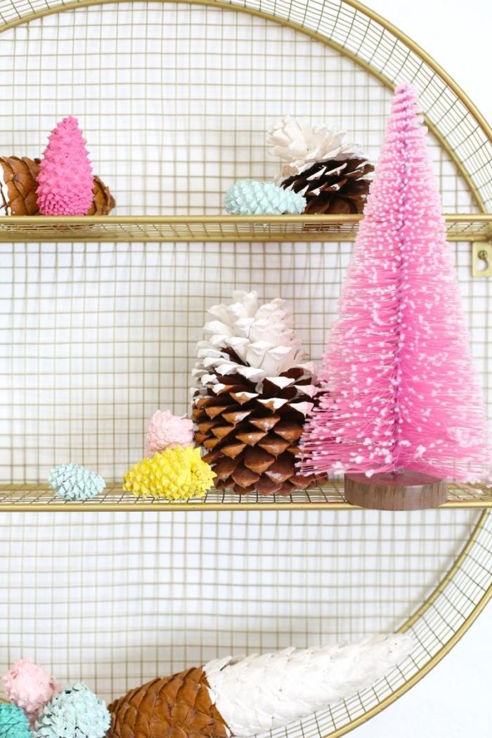 comment décorer une chambre fille pour Noël, idée pomme de pin deco noel facile, figurines décoratives en pommes de pin colorées