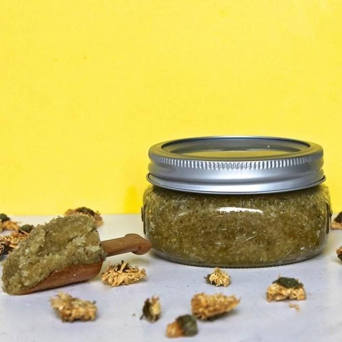recette-gommage-naturel-effet-calmant-gommage-a-la-camomille-et-huile-dolive