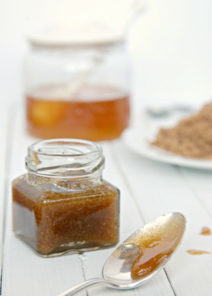 recette-gommage-visage-a-base-du-sucre-roux-et-miel-soins-du-visage-naturels