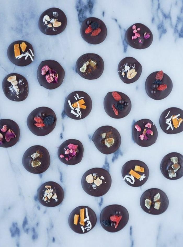 recette-mendiant-au-chocolat-noir-joliment-decore