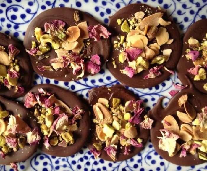 recette-mendiant-chocolat-fondu-tranches-de-noisettes-et-petales-de-fleurs