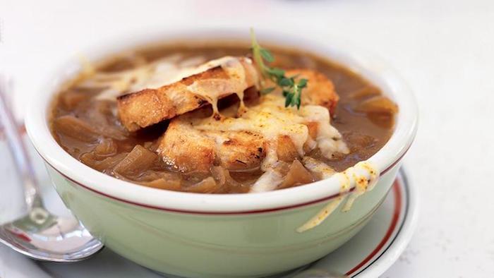 recette-soupe-a-l-oignon-croutons-pain-grille-gratin-fromage-recettes-idee-hiver