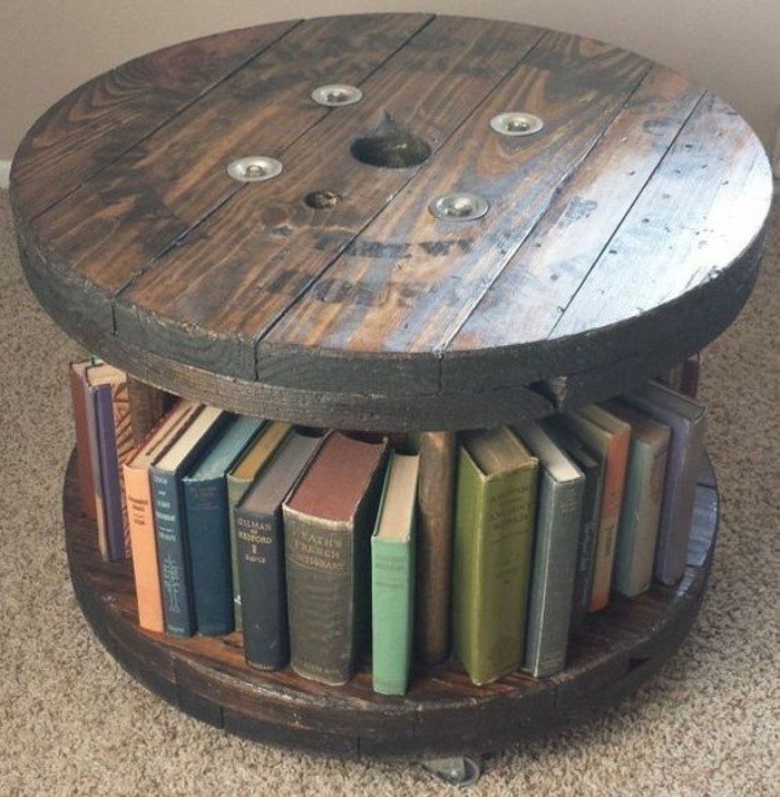 recycler-et-customiser-un-touret-bois-table-basse-a-roulettes-avec-rangement-integre-pour-livres-resized
