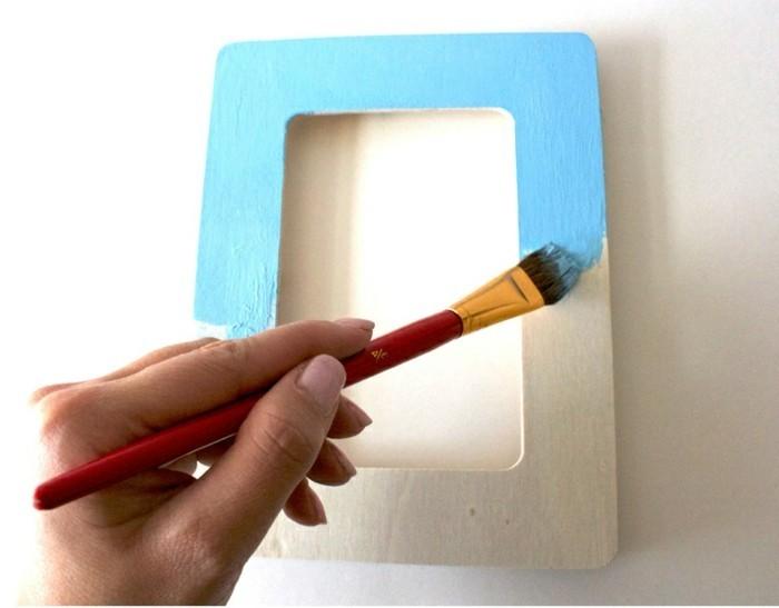 repeindre-le-cadre-photo-en-bois-idee-cadre-photo-bleu-decore-de-fleurs