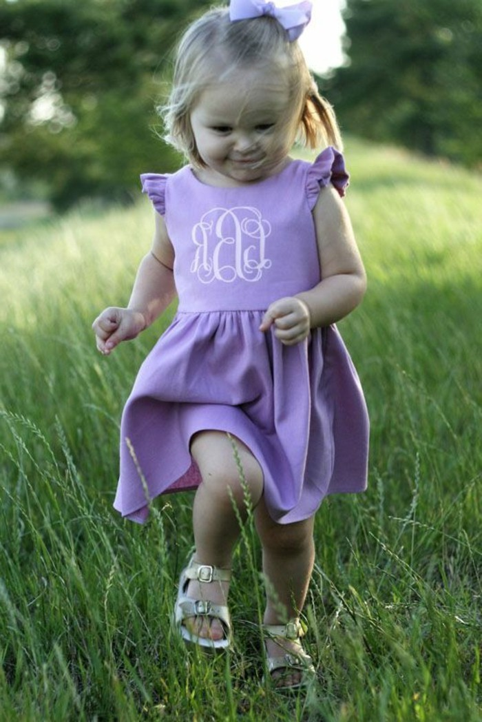 robe-fille-quatre-ans-couleur-lilas-une-petite-fille