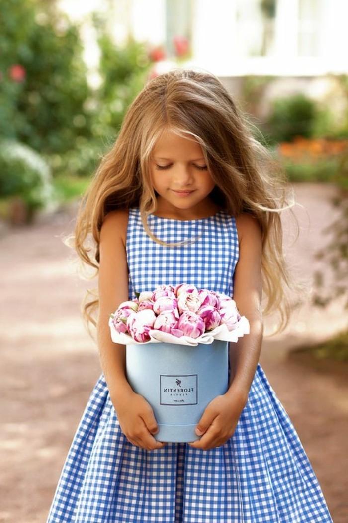 robe-fille-quatre-ans-fillette-portant-un-grand-pot-de-fleurs