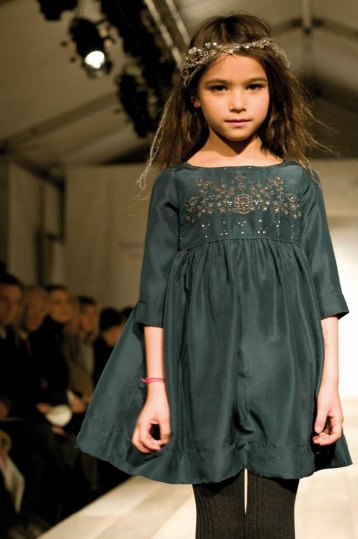 robe-fille-quatre-ans-petite-fille-qui-defile-avec-sa-robe