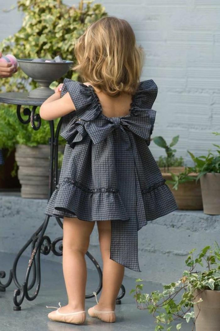 robe-fille-quatre-ans-petite-fille-qui-porte-une-robe-charmante