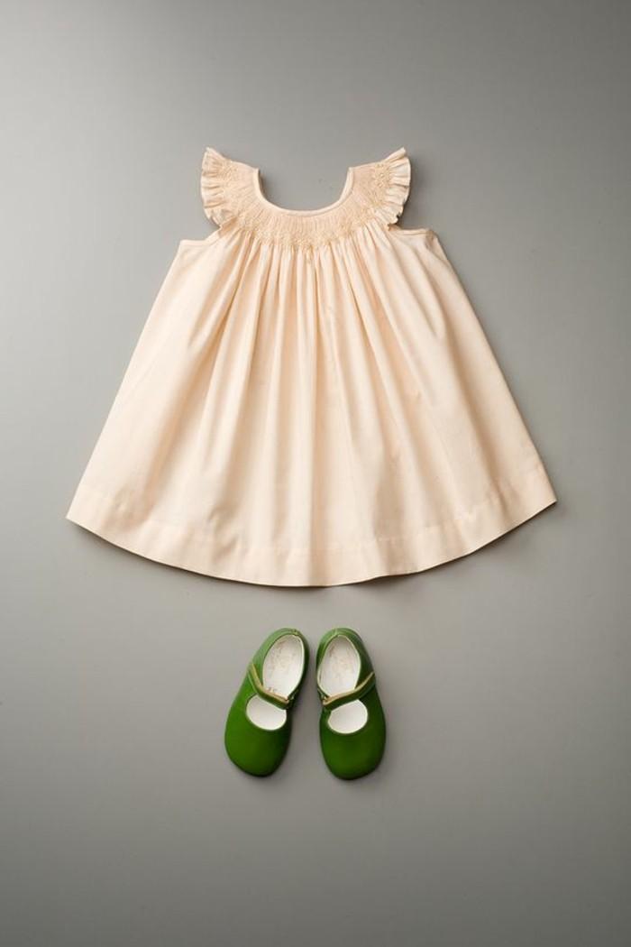 robe-fille-quatre-ans-robe-couleur-creme-souliers-verts-coquets