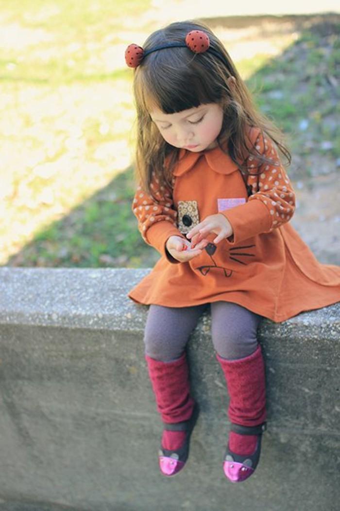 robe-fille-quatre-ans-robe-orange-avec-dessin-original-chaussettes-pourpre