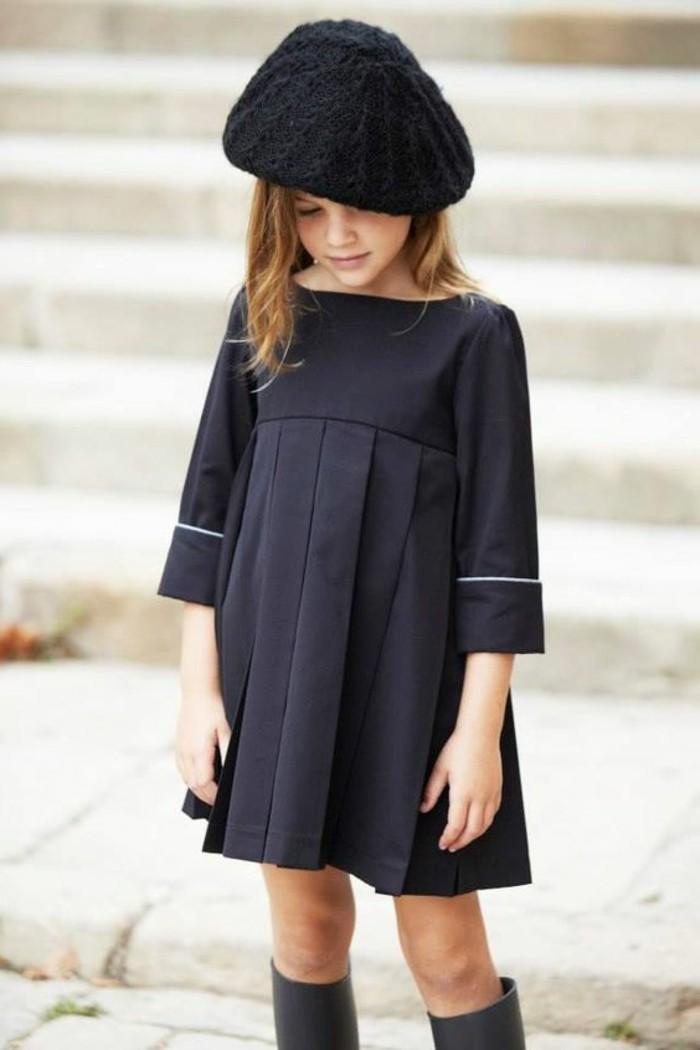 robe-fillette-elegante-robe-plissee-et-bottes-hautes-chapeau-moderne