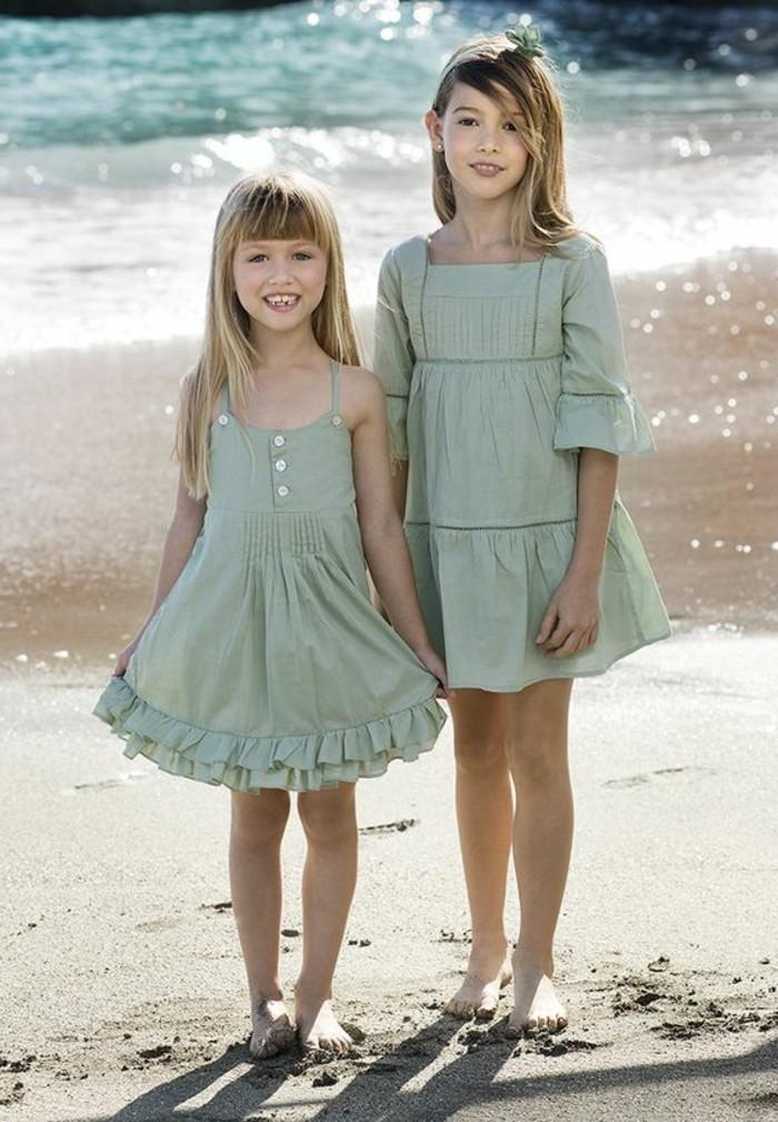robe-petite-fille-deux-files-habillees-en-robes-bleues