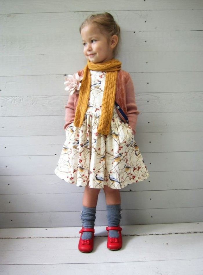 robes-enfant-robe-blanche-petite-fille-chaussettes-bleues-chaussures-rouges