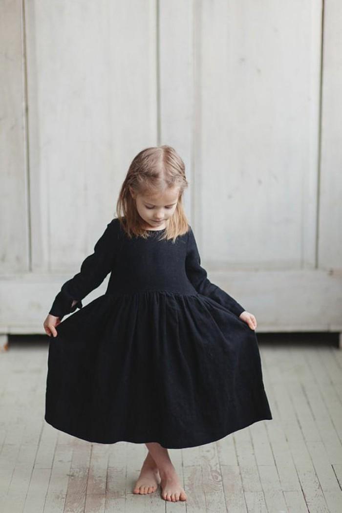 robes-enfant-robe-corolle-noire-portee-par-une-petite-fille