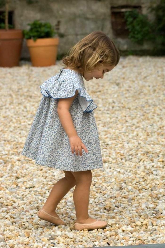 robes-enfant-robe-petite-fille-bleue-claire-petite-fille-qui-marche-sur-galets