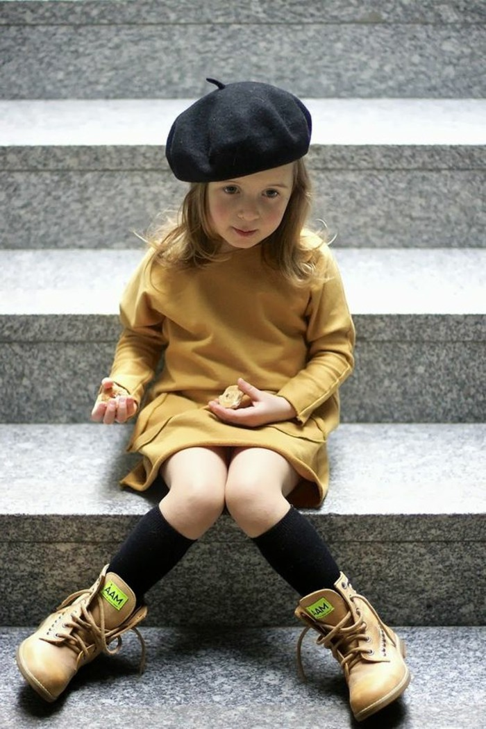 robes-filles-couleur-moutarde-chapeau-noir-bottes-camel