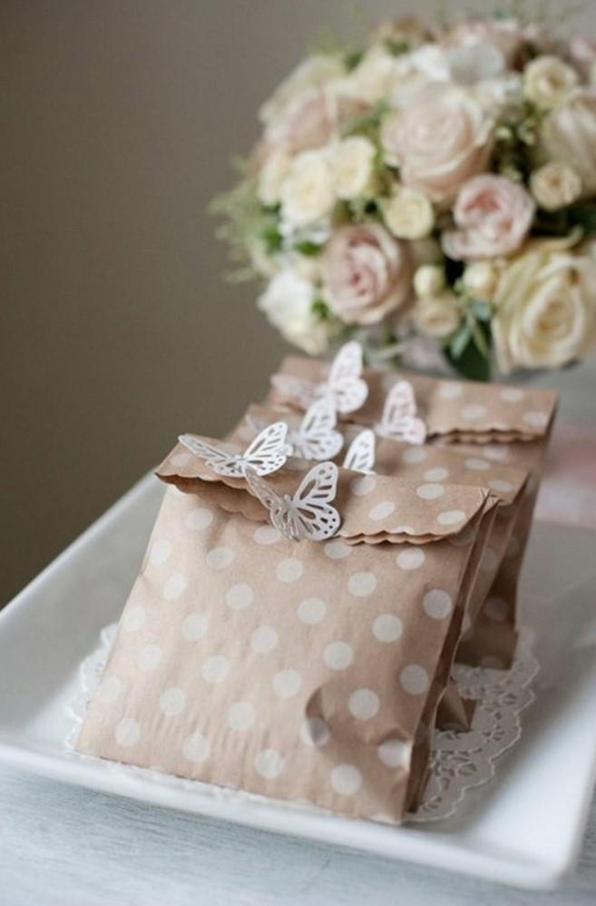 sacs-kraft-decores-de-papillons-jolis-cadeaux-pour-les-invites-fete-de-mariage