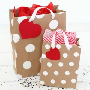 Décorer un petit sachet kraft - idées originales pour un sac cadeaux