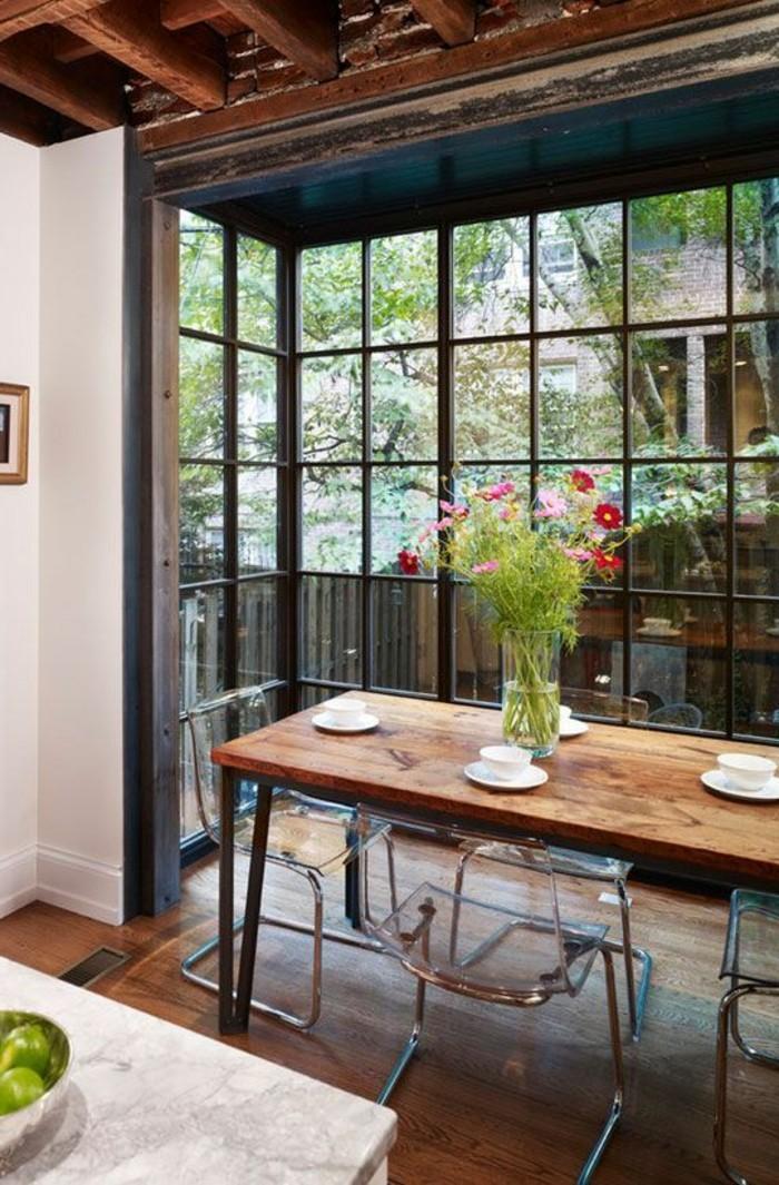 salle-a-manger-amenagement-salon-table-en-bois-naturel-et-fleurs-sur-la-table