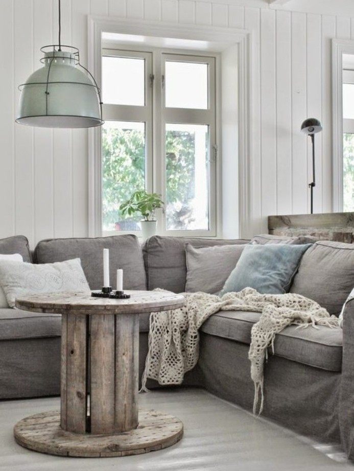 salon-decor-chic-industriel-canape-gris-table-basse-touret-a-fabriquer-soi-meme-resized