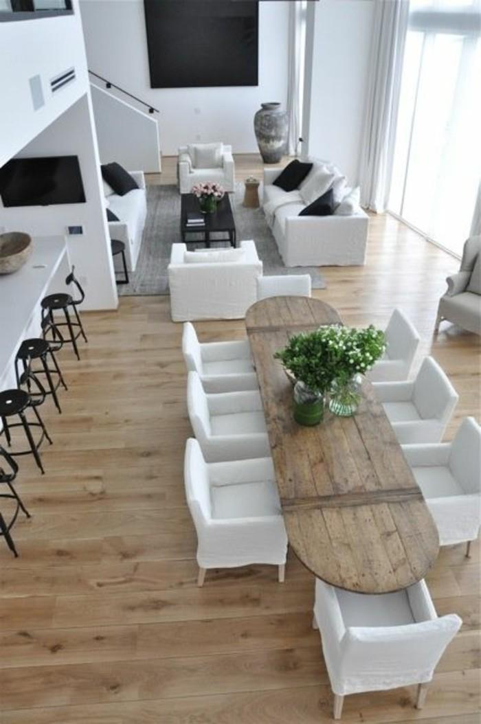 salon-en-longueur-sol-en-bois-clair-chaises-blanches-table-longue-en-bois-clair-chaises-blanche