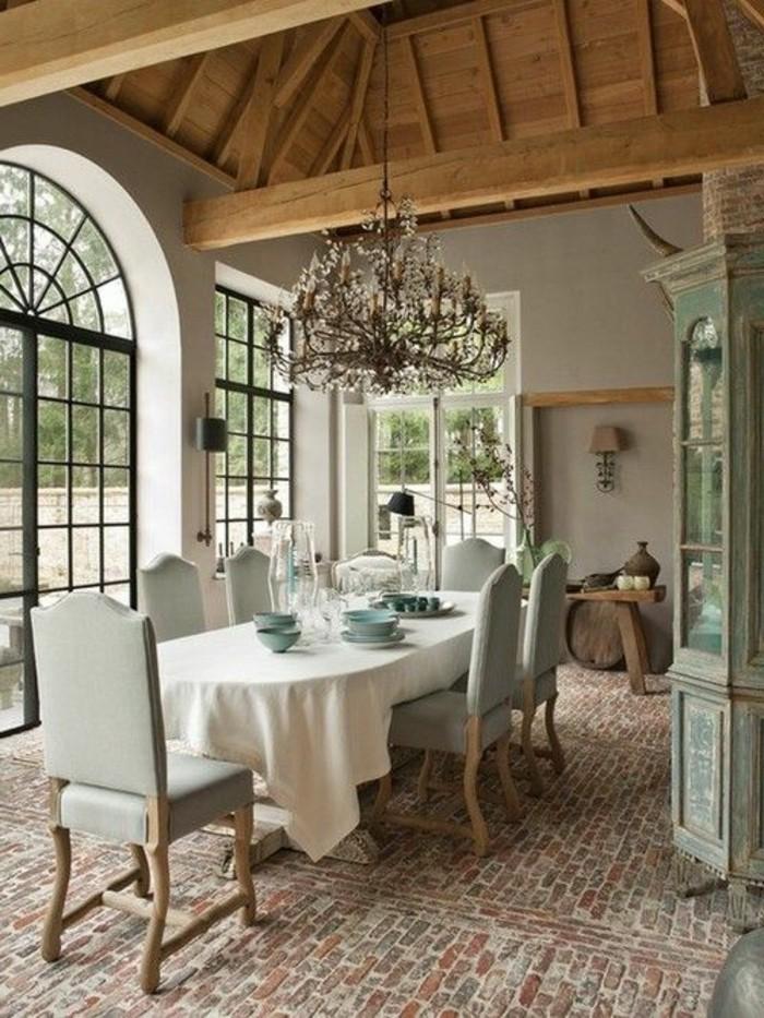 salon-en-longueur-sol-en-briques-rouges-lustre-design-baroque-chaises-coucleur-bleu-marin
