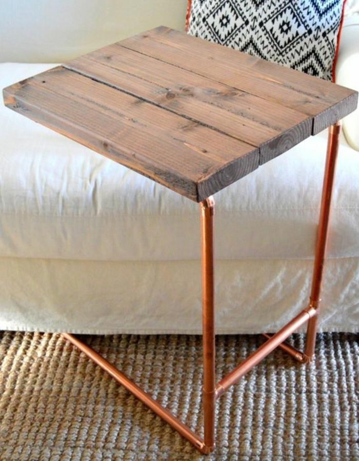 salon-moderne-table-basse-pour-ordinateur-bois-et-tuyau-cuivre