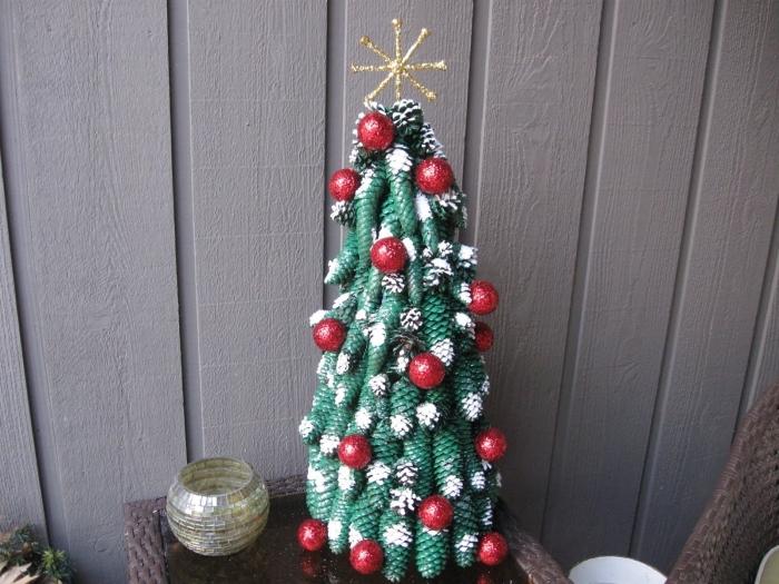 pomme de pin deco noel facile, faire un sapin avec pommes de pin colorées en vert, activité manuelle pour Noël