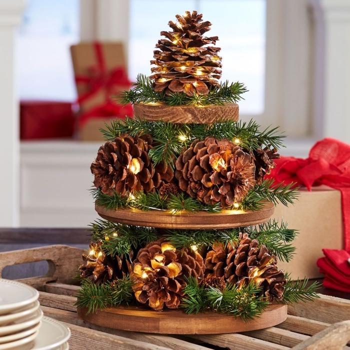 diy decoration pomme de pin, comment dresser sa table de noel, objet de déco fait main avec planches bois et pommes de pin