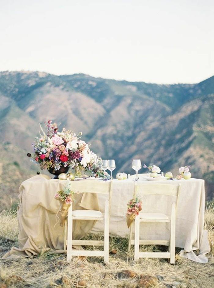 shabby-chic-mariage-montagnes-chaises-en-bois-bouquet-de-fleurs