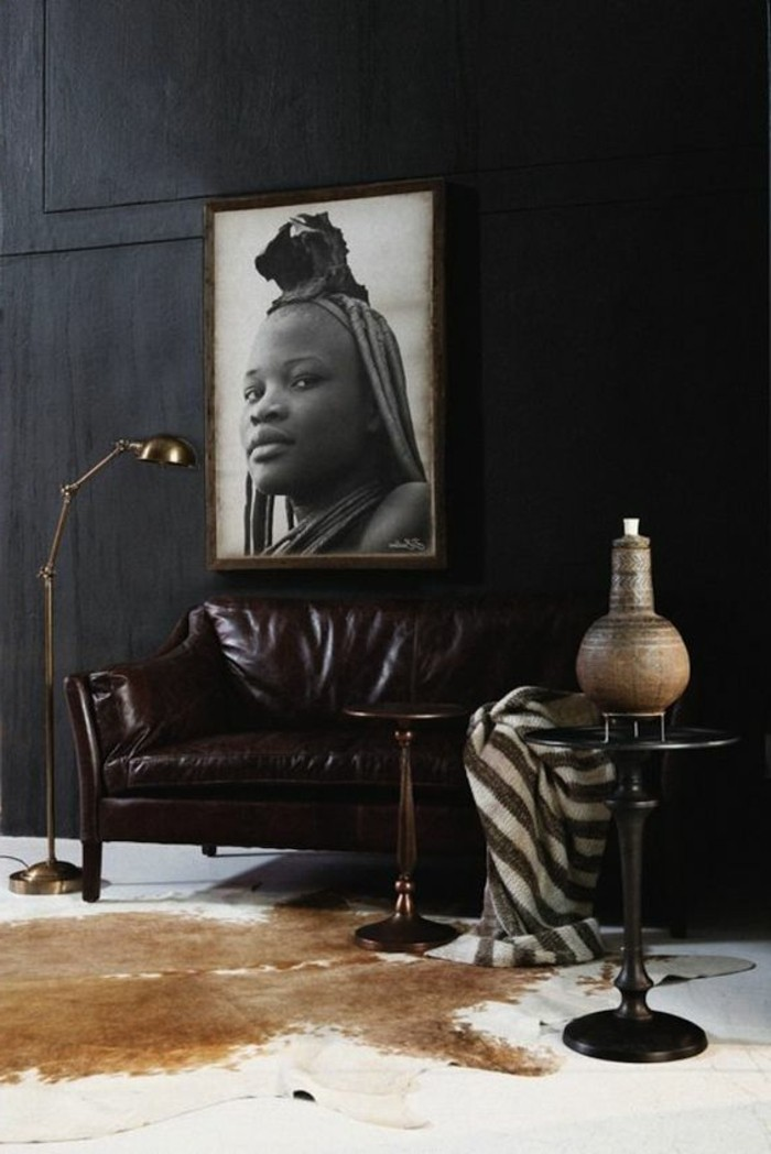 stickers-afrique-femme-canape-en-cuir-murs-gris-fonce