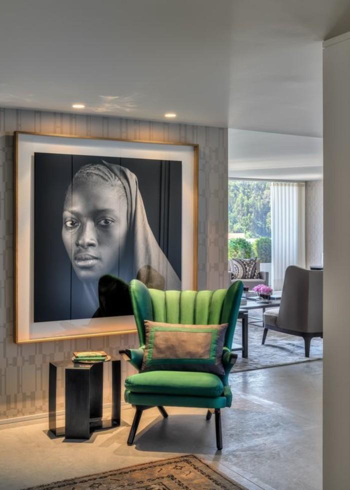 stickers-afrique-femme-chaise-verte-tapis-et-coussins-ethniques